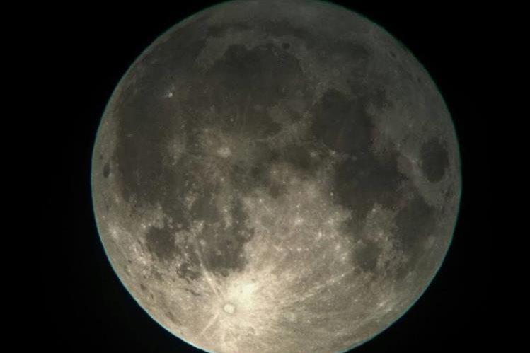 La Luna no se encontraba tan cerca del planeta desde hace 70 años. (Foto Prensa Libre, cortesía de Richard Gutiérrez).