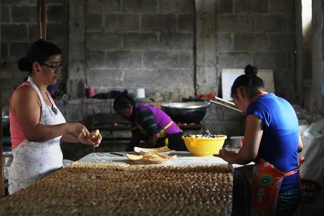 Trabajadores de la dulcería Mama Goiche elaboración canillitas de leche. (Foto Prensa Libre: Oscar Felipe Q.)