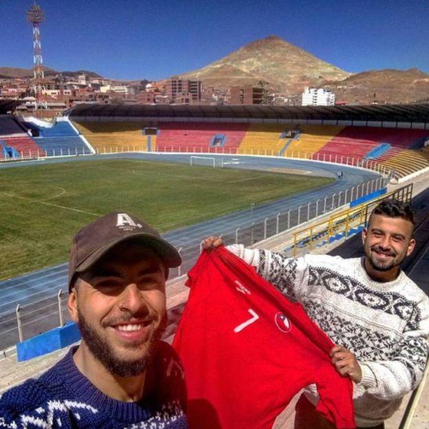 Una parada en el camino fue La Paz donde vieron perder a Chile frente a Bolivia. (Crédito: Camino al Mundial/Facebook)