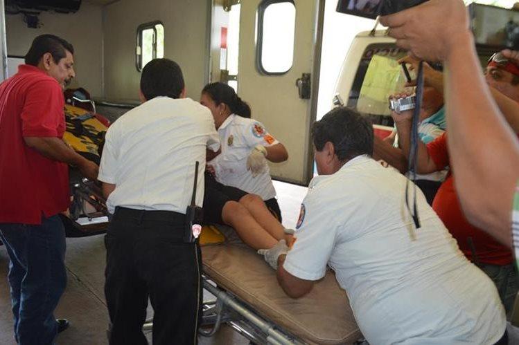 Socorristas auxilian a una de los dos menores que resultaron heridas en El Asintal, Retalhuleu. (Foto Prensa Libre: Jorge Tizol).