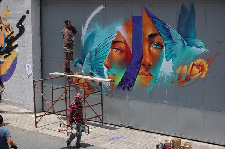 En cada mural se plasmó el arte y el color para mejorar el entorno en El Granero. (Foto Prensa Libre: Carlos Hernández).