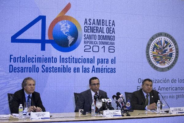 Luis Almagro (i), y Andrés Navarro participan de un encuentro con la prensa para dar detalles Asamblea General.(EFE)