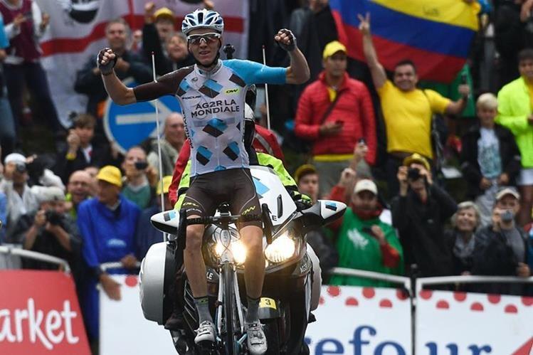 Romain Bardet celebra al cruzar la línea de meta en la etapa 19 del Tour de Francia. (Foto Prensa Libre: AFP)