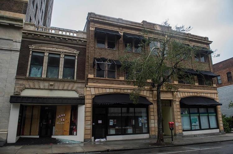 Los negocios permanecen cerrados en Wilmington. (Foto Prensa Libre: AFP)