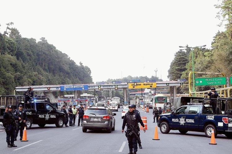 Autoridades mexicanas distribuyen folletos para quien proporcione información que lleve a la recaptura de Joaquin el Chapo Guzmán. (Foto Prensa Libre:EFE).