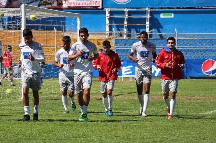 Los jugadores de Xelajú durante el entrenamiento de este martes en el estadio Mario Camposeco. (Foto Prensa Libre: Raúl Juárez)