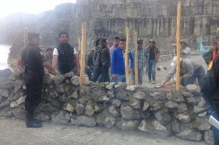 Los vecinos construyeron un muro de tres metros de ancho por uno de largo. (Foto Prensa Libre: Eduardo Sam)