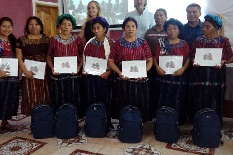 Las comadronas fueron reconocidas por su destacada labor y recibieron una mochila con equipo especial para atender partos. (Foto Prensa Libre: Ángel Julajuj)