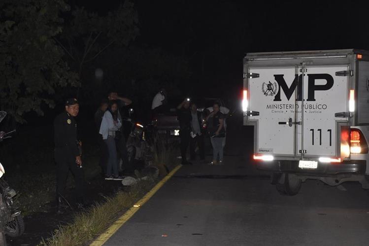 Policías vigilan el área donde ocurrió el primer ataque armado, en el km 92 de la ruta a Puerto Quetzal. (Foto Prensa Libre: Enrique Paredes).