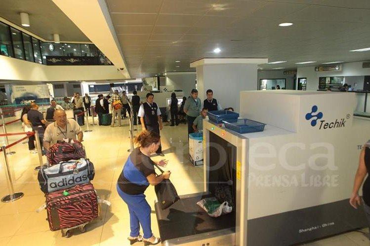 Pasajeros esperan para pasar el registro en el Aeropuerto Internacional La Aurora. (Foto Prensa Libre: Hemeroteca PL).