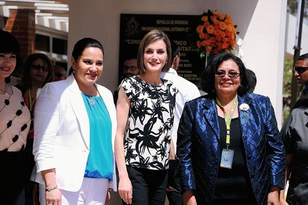 La reina  Letizia Ortiz, (cen) visita  la Universidad Nacional Autonoma de Honduras. (Foto Prensa Libre: AFP)