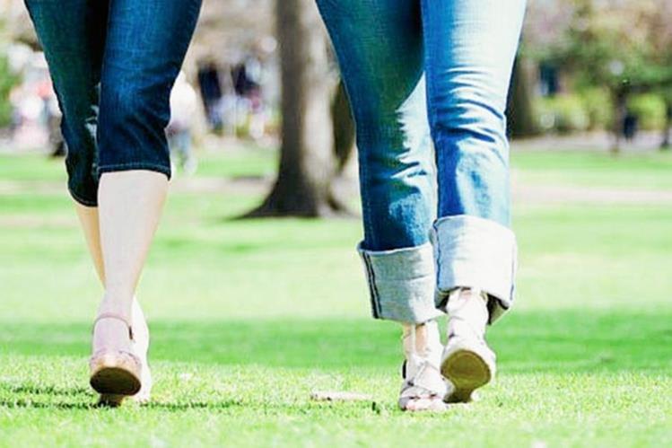 Investigadores observaron patrones al caminar como la longitud de la zancada, la oscilación de los brazos y la velocidad.