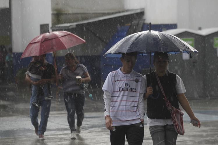 La temporada de lluvia continúa, y podría afectar la parte centro y sur del país hasta las primeras dos semanas de noviembre (Foto Prensa Libre: Hemeroteca).