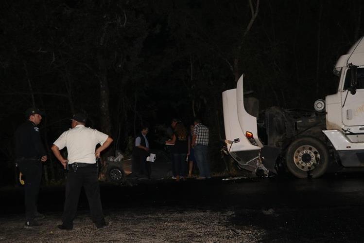 En la ruta que dirige de San Francisco a La Libertad, se registró el choque de un vehículo liviano con un tráiler, tres personas murieron. (Foto Prensa Libre: Rigoberto Escobar)