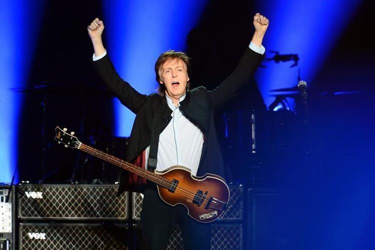Paul McCartney quiere recuperar los derechos de sus legendarios éxitos con Los Beatles. (Foto Prensa Libre: AFP)