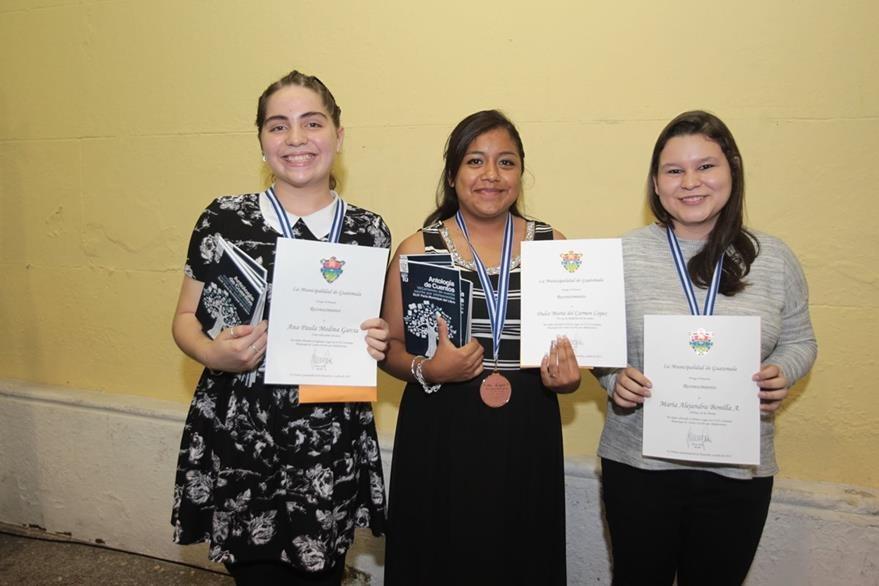 Ganadoras del VII certamen de cuento escrito por adolescentes:  Paula Medina,  María del Carmen López y María Alejandra Bonilla. (Foto Prensa Libre: Edwin Castro)