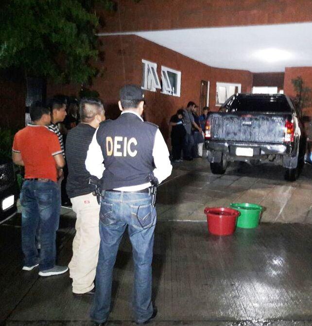 Según la PNC, localizaron cabellos y el fragmento de una huella en automóvil de abogado defensor de la Patrona, los cuales serán analizados(Foto Prensa Libre: cortesía PNC).