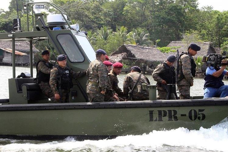 El ministro de la Defensa, Williams Mansilla, en compañía de elementos del Ejército de Guatemala, recorre el río Sarstún. (Foto Prensa Libre: Dony Stewart)
