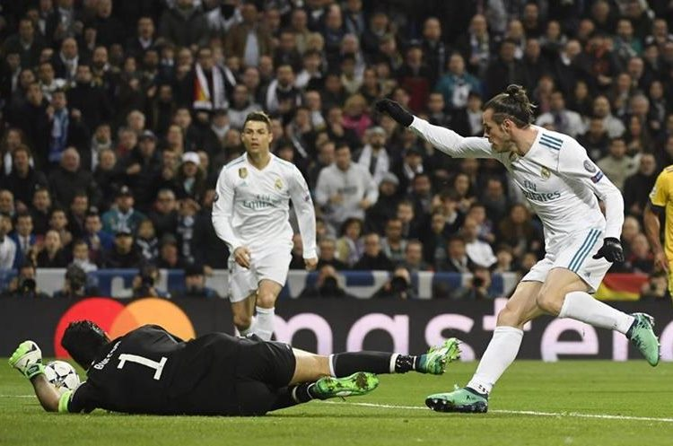 Buffon controla la pelota en una acción de la primera parte.