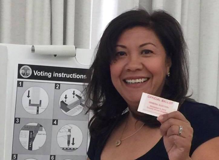 Norma Torres emite su voto a la 7 horas en el centro de votación Ganesha Community Center, en Pomona, California. (Foto Prensa Libre: Facebook)