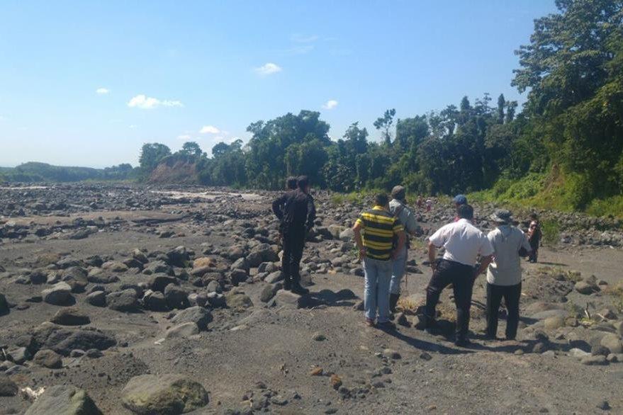 Vecinos de San Marcos Palajunoj, en El Palmar, ayudan a socorristas durante búsqueda de joven desaparecido. (Foto Prensa Libre: Rolando Miranda)