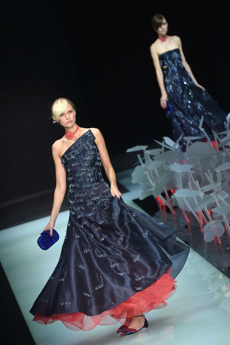 El clásico negro con una pincelada de rojo fue otra de las características de la colección de Armani. (Foto Prensa Libre: AFP).