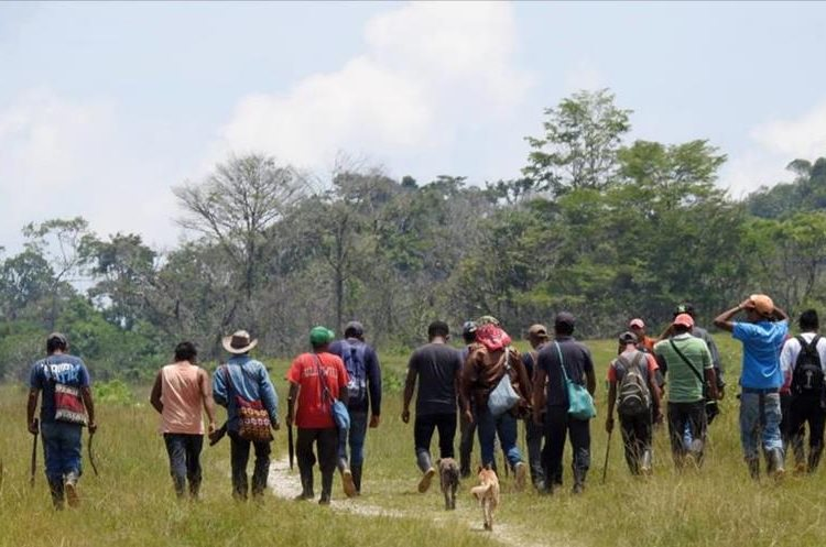 Un grupo de pobladores se desplaza por la zona del conflicto en San Mateo Ixtatán. (Foto Prensa Libre)