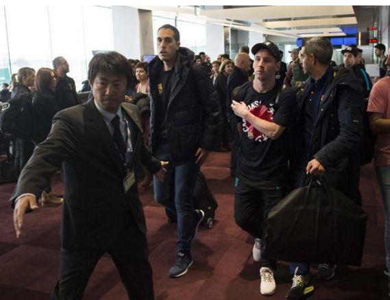 Lionel Messi en el aeropuerto de Tokio. (Foto Prensa Libre: Mundo Deportivo)