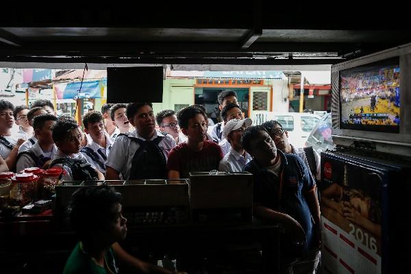 En Filipinas observaron el séptimo juego de la NBA entre Cleveland y Golden State. (Foto Prensa Libre: EFE)