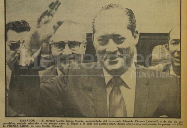 Carlos Arana Osorio acompañado de Eduardo Cáceres Lenhoff celebran su triunfo en las elecciones de 1970. (Foto: Hemeroteca PL)