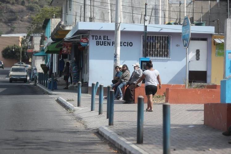 Las calles del Búcaro lucen solitarias, debido al temor de las amas de casa de salir de sus viviendas. (Foto Prensa Libre: Érick Ávila)
