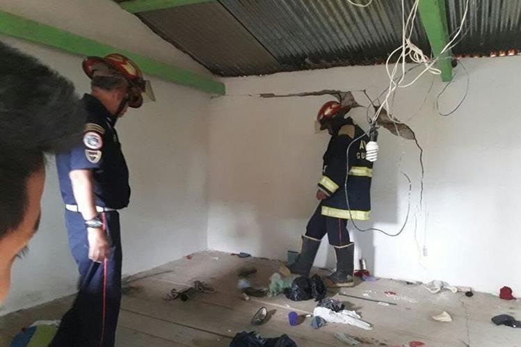 Socorristas inspeccionan el inmueble dañado en la comunidad Paquixic. (Foto Prensa Libre: Héctor Cordero).