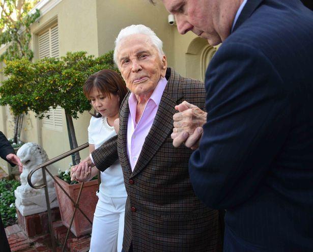 Douglas al salir de su casa, justo antes de asistir a su celebración.