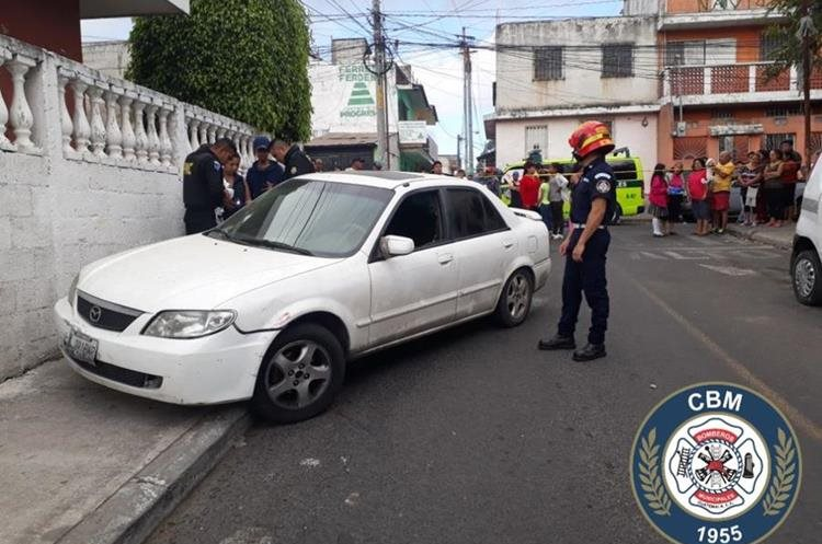Los Bomberos Municipales trasladaron a una persona que fue herida de bala en la colonia Paraíso 2, zona 18. (Foto Prensa Libre: CBM)