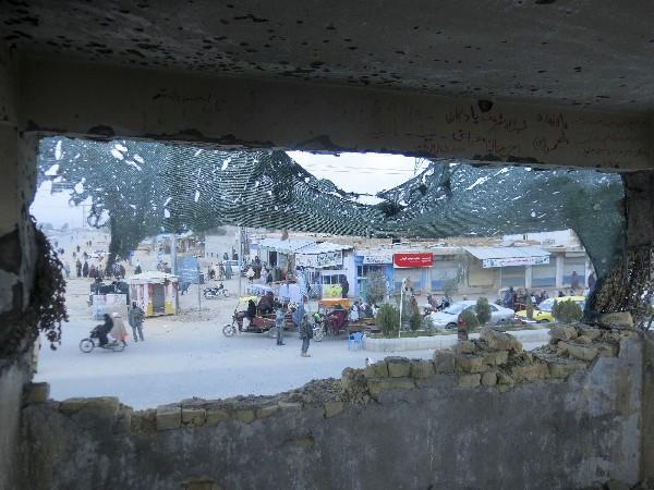 Autoridades afganas aseguran el lugar tras el ataque en Kandahar.