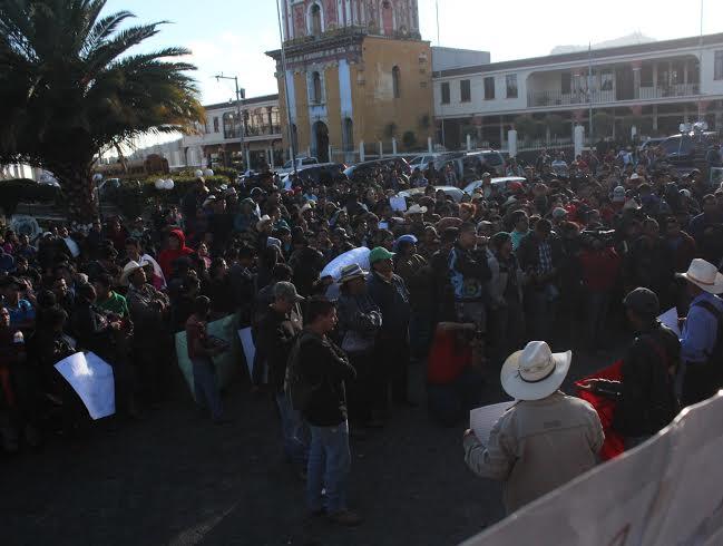 Cientos de pobladores de Sololá se congregaron para rechazar al diputado Manuel García Chutá por las plazas asignadas en el Congreso. (Foto Ángel Julajuj)