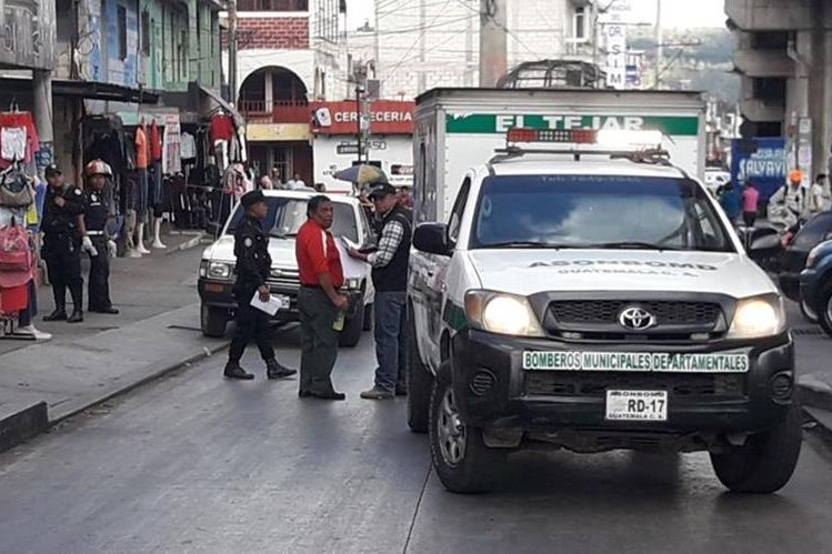 En el km 54 de la ruta Interamericana murió un hombre que viajaba en el picop. (Foto Prensa Libre: Víctor Chamalé)