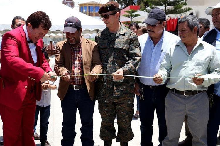 El empresario Jorge Granados (de rojo) corta la cinta simbólica en la inauguración de la nueva jardinización en la zona 11 de Huehuetenango. (Foto Prensas Libre: Mike Castillo)
