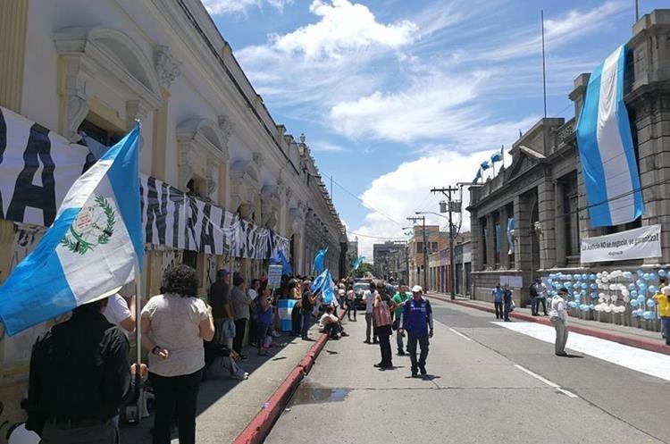 Varias mantas con mensajes contra la corrupción y a favor de la justicia fueron colocadas afuera del Congreso. (Foto Prensa Libre: Esbin García)