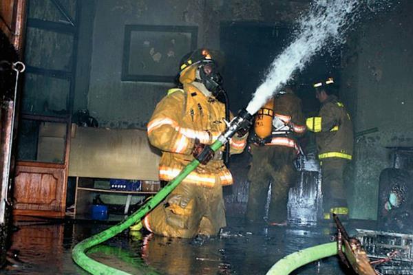 Socorristas sofocan incendio en un colegio en la cabecera de Retalhuleu. (Foto Prensa Libre. Rolando Miranda)