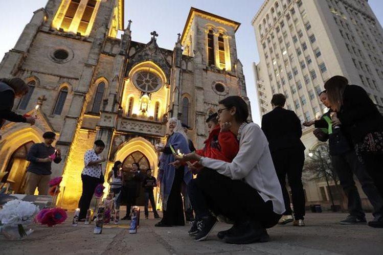 Migrantes indocumentados se reúnen en una iglesia de Texas, sus plegarias van encaminadas a no ser deportados. (Foto Prensa Libre: EFE)