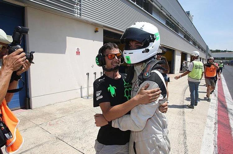Ian Rodríguez celebró con sus compañeros de equipo después de la victoria. (Foto Prensa Libre: speed-addiction.)