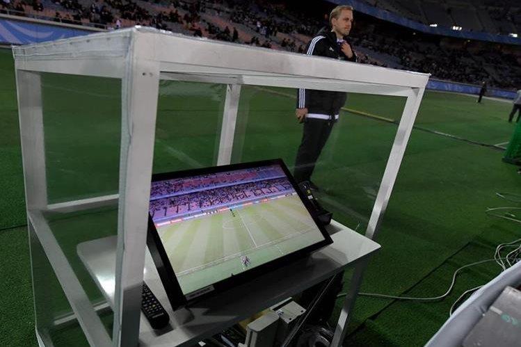 Los árbitros asistentes de video fueron nuevamente los protagonistas en las semifinales del Mundial de Clubes. (Foto Prensa Libre: AFP)