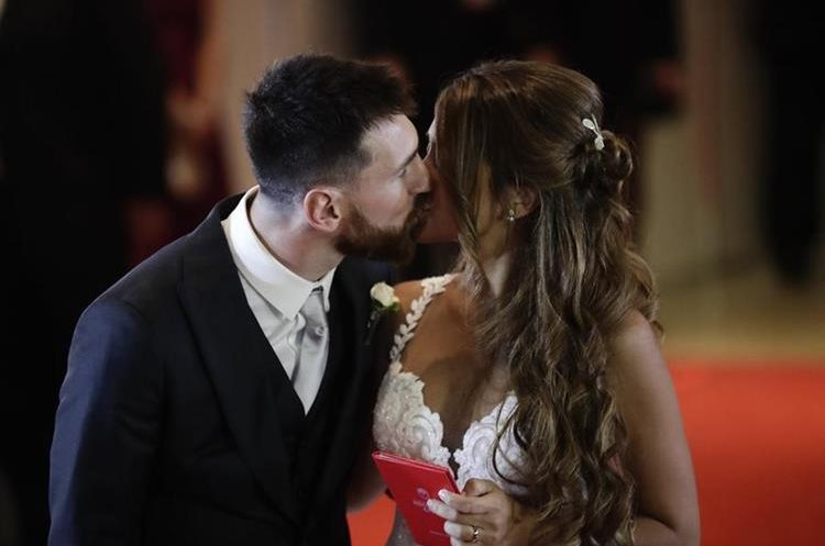 Newlyweds Lionel Messi and Antonella Roccuzzo kiss while posing for photographers on the red carpet after tying the knot in Rosario, Argentina, Friday, June 30, 2017. About 250 guests, including teammates and former teammates of the Barcelona star, attended the highly anticipated ceremony. (AP Photo/Victor R. Caivano)
