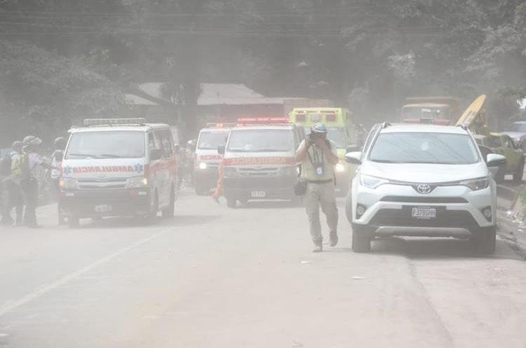 Una gigantesca nube se acercó rapidamente a donde estaban los equipos de rescatistas y periodistas. (Foto Prensa Libre: Érick Ávila)