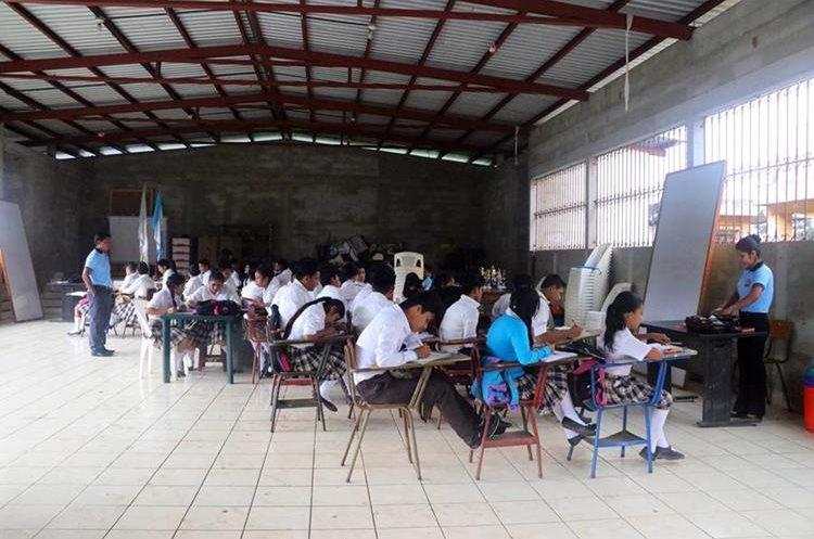 Estudiantes de los tres grados básicos deben recibir clases en el salón comunal. (Foto Prensa Libre: Rolando Miranda)