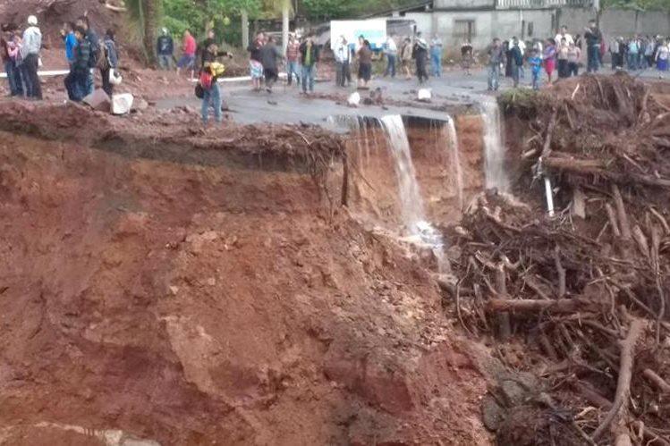 Área donde colapsó la carretera en La Democracia, Huehuetenango. (Foto Prensa Libre: Mike Castillo).