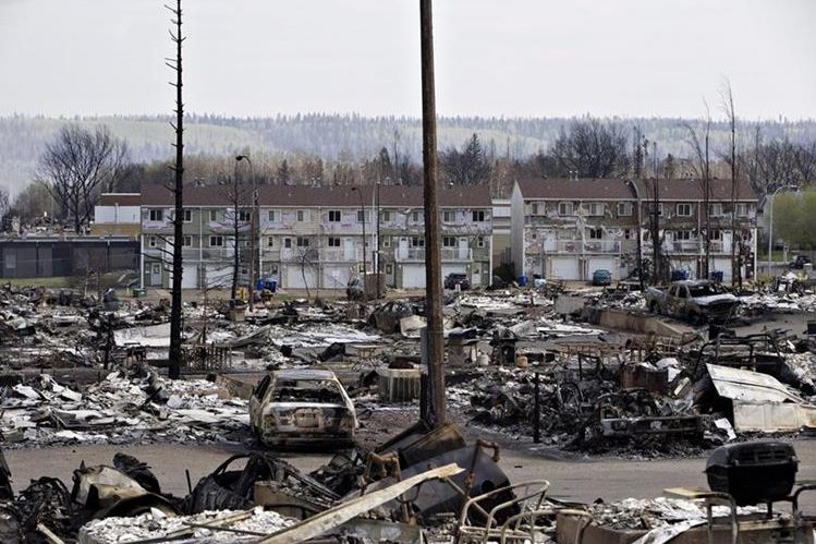 Devastación total se observan en Abasand, Fort McMurray. (Foto Prensa Libre: AP).