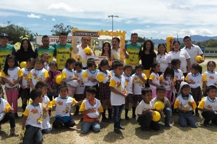 Los jugadores compartieron con los niños en el Campo Minerva. (Foto Prensa Libre: Cortesía La Red)