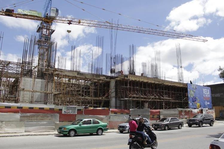 La construcción del centro comercial, la cual fue suspendida por más de 45 días, se encuentra en la zona 3 de Xela. (Foto Prensa Libre: María Longo)